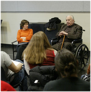 Gore Vidal visited Duke in 2005.  Pictured, he speaks to the new works playwriting class led  by professor Andrea Stolowitz. Photo by Les Todd/Duke University Photography